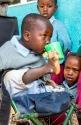Oyni - ein Kind ohne Arme und mit verkrüppelten Füßen